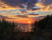 Goldener Sonnenuntergang auf dem Meer Lizenzfreies Stockfoto