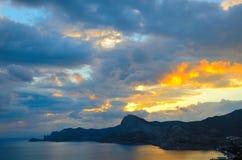 Goldener Sonnenuntergang auf der Küste Schwarzen Meers in Krim, Sudak Stockfotografie