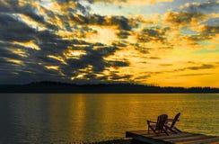 Goldener Sonnenuntergang auf einem See lizenzfreie stockfotos