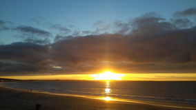 Goldener Sonnenuntergang bei Shelly Point South Africa Lizenzfreie Stockfotos