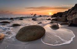 Goldener Sonnenuntergang an Bucht Porth Nanven Lizenzfreies Stockbild
