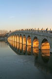 Goldener Sonnenuntergang der Siebzehn-Bogen-Brücke (Sommerpalast) Stockfotos