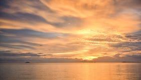 Goldener Sonnenuntergang mit Meer und Wolke Lizenzfreie Stockbilder