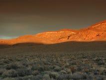 Goldener Sonnenuntergang nahe Death Valley lizenzfreie stockbilder