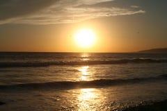 Goldener Sonnenuntergang am Strand Lizenzfreies Stockfoto