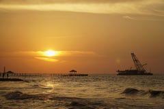 Goldener Sonnenuntergang an Tegal-Hafen stockfoto