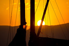 Goldener Sonnenuntergang und Segelboote Stockfoto