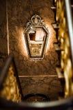 Goldener Spiegel auf der Wand lizenzfreies stockbild