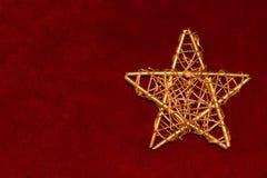 Goldener Stern auf Scharlachrot Stockfotos