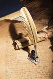 Goldener Stift und alte Manuskripte Lizenzfreies Stockbild