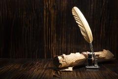 Goldener Stift und alte Manuskripte Stockfotografie