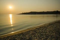 Goldener Strand im Sonnenuntergang Lizenzfreies Stockfoto