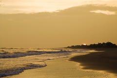 Goldener Strand am Sonnenuntergang. Lizenzfreie Stockfotografie