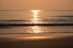 Goldener Strandsonnenaufgangmorgen Stockbilder