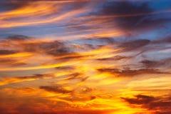 Goldener Stundendämmerungs-Himmel- und Federwolkewolkenhintergrund Lizenzfreies Stockbild