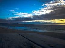 Goldener Stundensonnenuntergang am Jachthafenzustandsstrand stockbild