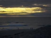 Goldener Stundensonnenuntergang am Jachthafenzustandsstrand lizenzfreie stockbilder