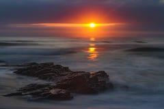 Goldener Sun, der über den Ozean steigt Stockfotos