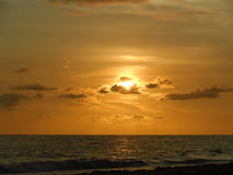 Goldener Sun geschaukelt in den Wolken lizenzfreies stockbild