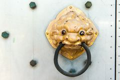 Goldener Türgriff des chinesischen Tempels Stockfotos