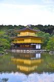 Goldener Tempel im See Lizenzfreies Stockbild