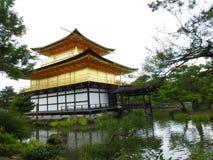 Goldener Tempel in Kjoto lizenzfreies stockbild