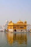 Goldener Tempel mit Reflexion Lizenzfreie Stockfotos