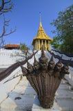 Goldener Tempel und Naga lizenzfreie stockfotos