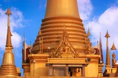 Goldener Tempel und Pagode schnitten mit einem hellen Himmel Stockbilder