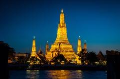 Goldener Tempel Wat Arun Thes auf dem blauen Hintergrund lizenzfreies stockfoto