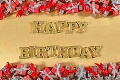 Goldener Text alles Gute zum Geburtstag und silberne und rote Geschenke stockbild