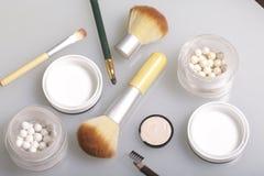 Goldener und Perlenleuchtmarker in Form von Bällen in einem offenen Glas Nah an der Bürste für das Anwenden von Kosmetik und von  Lizenzfreies Stockbild