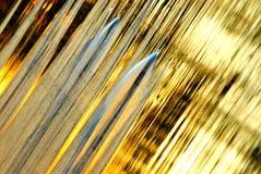 Goldener Wasserstromhintergrund Stockfotos