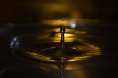 Goldener Wassertropfen stockbild