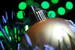 Goldener Weihnachtsball Stockbild