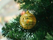 Goldener Weihnachtsball auf Weihnachtsbaum Lizenzfreies Stockfoto