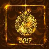 Goldener Weihnachtsball bildete von den Federn auf dunklem Hintergrundesprit Stockfotos