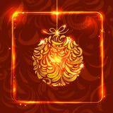 Goldener Weihnachtsball bildete von den Federn auf rotem Hintergrund mit Stockbild