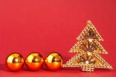 Goldener Weihnachtsbaum mit Perlen - goldener Weihnachtsbaum MIT Stockbild