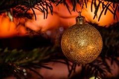 Goldener Weihnachtsflitter mit funkelnden Lichtern Lizenzfreies Stockbild