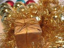 Goldener Weihnachtsgeschenkkasten Stockbild