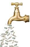 Goldener Weinlesehahn mit Geld Stockfoto