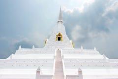 Goldener Zapfen Gebirgspagode Chedi Phukhao lizenzfreie stockfotos