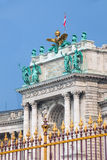 Goldener Zaun des Kongresszentrums und Architekturdetail in Wien Stockfoto