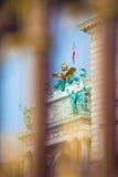 Goldener Zaun des Kongresszentrums und Architekturdetail in Wien Stockfotografie