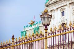 Goldener Zaun des Kongresszentrums und Architekturdetail in Wien Stockfotos