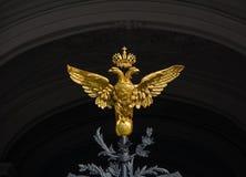 Goldener zwei-köpfiger Adler auf den Toren der Zustands-Einsiedlerei Muse Stockbilder