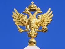 Goldener zwei-köpfiger Adler auf einem blauen Hintergrund Stockfotos