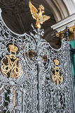 Goldener zwei-köpfiger Adler auf Winter-Palasttoren St Petersburg Stockfotografie