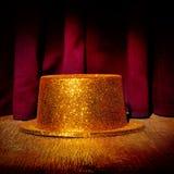 Goldener Zylinder auf einem Stadium Stockfoto